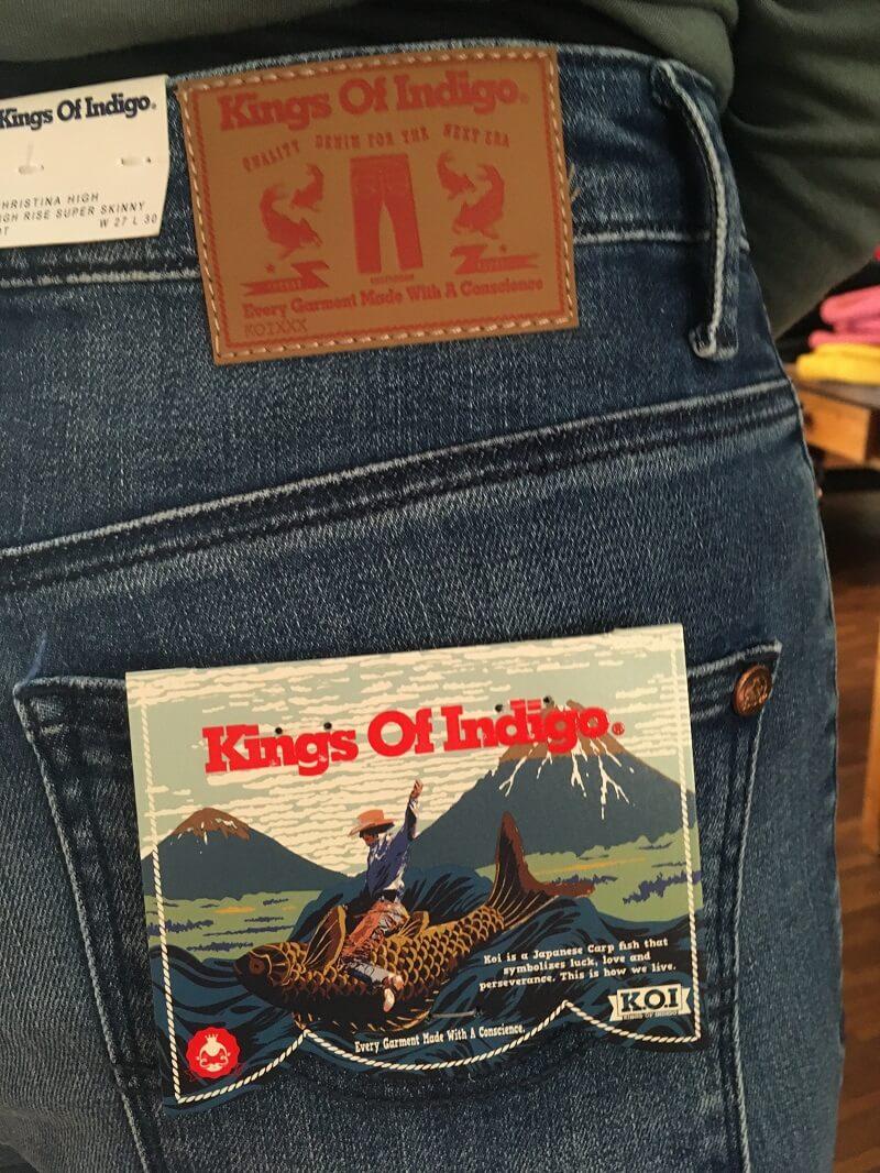 Alle aufgenähten Patches der Jeans sind vegan. Seit 2019 eliminierte K.O.I. jegliches Leder aus seinen Kollektionen und ist eine PETA- zertifizierte, vegane Marke.