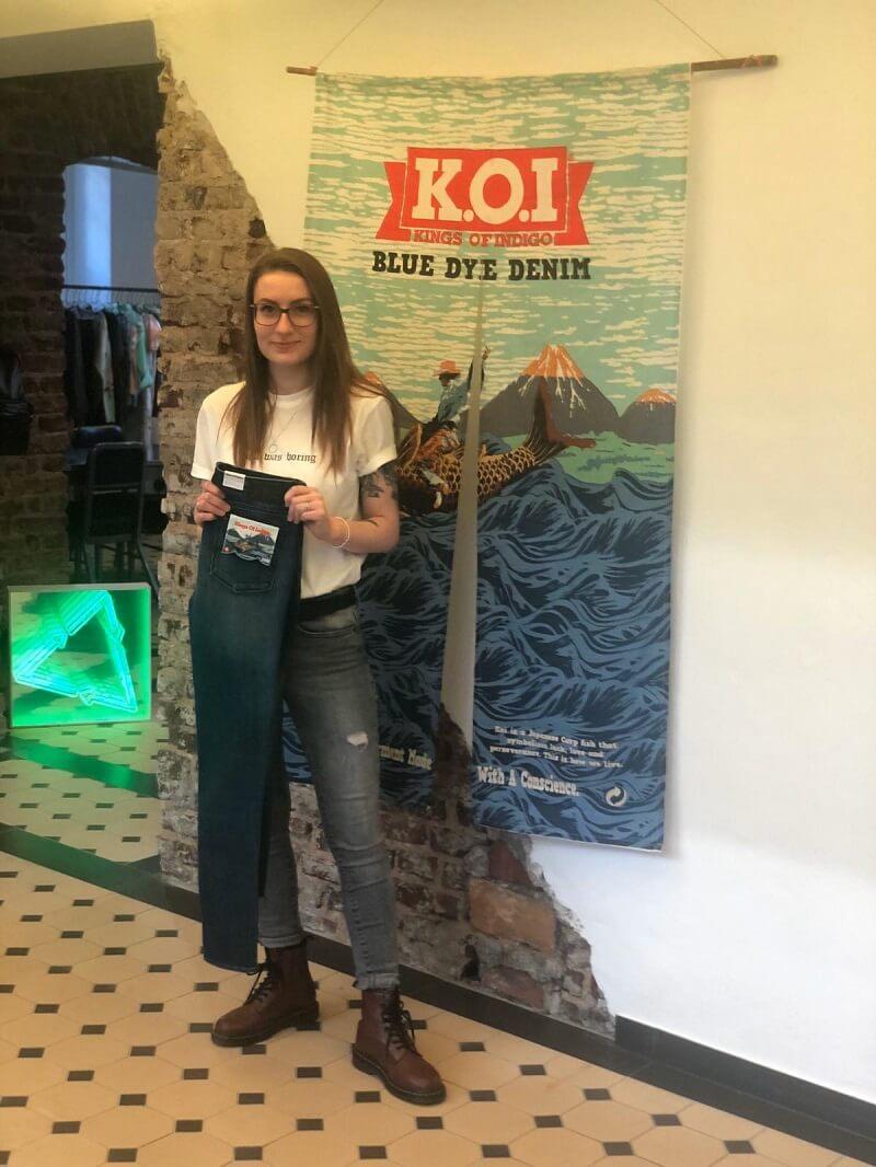 Alina bei der Order der neuen K.O.I. Jeans in Düsseldorf